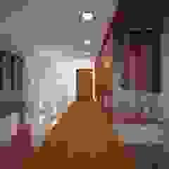 Residência Pochapski Paredes e pisos ecléticos por Sieg Arquitetura e Construção Eclético Madeira Efeito de madeira