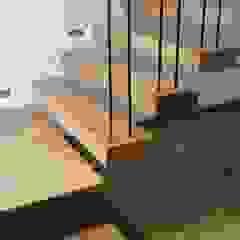 Moderner Flur, Diele & Treppenhaus von Estudio .m Modern Holz Holznachbildung