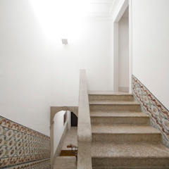 Alberto Caetano Moderner Flur, Diele & Treppenhaus