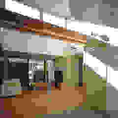 フラットハウス Modern Corridor, Hallway and Staircase by 株式会社横山浩介建築設計事務所 Modern