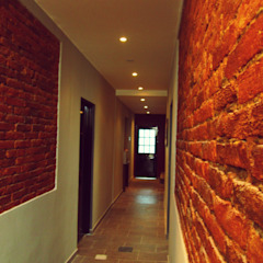 Rustic style corridor, hallway & stairs by SMarq Rustic