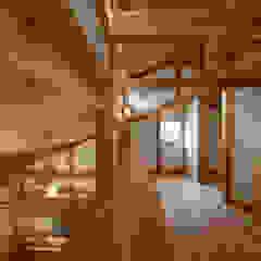 Corredores, halls e escadas asiáticos por 高野三上アーキテクツ一級建築設計事務所 TM Architects Asiático