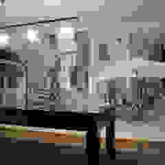 pokój kominkowy Śródziemnomorskie ściany i podłogi od Artystyczne Malowanie Ścian Śródziemnomorski