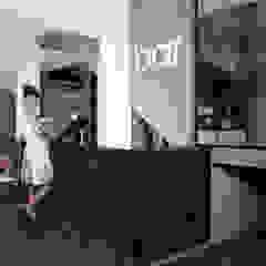 Sala da pranzo moderna di Ramiro Zubeldia Arquitecto Moderno Compensato