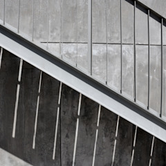 Ingresso, Corridoio & Scale in stile moderno di Ramiro Zubeldia Arquitecto Moderno Ferro / Acciaio