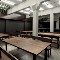 Sala da pranzo moderna di Ramiro Zubeldia Arquitecto Moderno Legno massello Variopinto