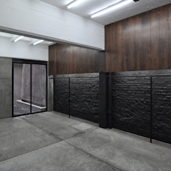 Spogliatoio moderno di Ramiro Zubeldia Arquitecto Moderno Compensato