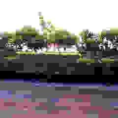Azjatycki balkon, taras i weranda od Shadab Anwari & Associates. Azjatycki