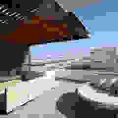 CASA DE PLAYA BARRÓN Balcones y terrazas minimalistas de ARKILINEA Minimalista