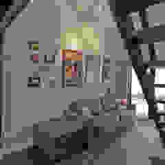 Apartamento UM Salas multimídia industriais por Superstudiob Industrial Derivados de madeira Transparente