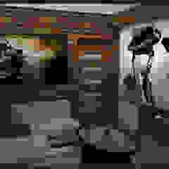 Winiarnia z projektorem wersja 1 Rustykalny pokój multimedialny od Biuro projektowe Cztery Ściany Martyna Bejtka Rustykalny
