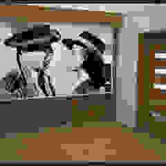 Winiarnia z projektorem wersja 2 Rustykalny pokój multimedialny od Biuro projektowe Cztery Ściany Martyna Bejtka Rustykalny