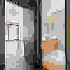 Modern bathroom by PHia Modern