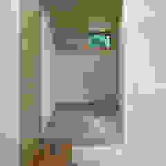 Salas multimedia de estilo ecléctico de かんばら設計室 Ecléctico Madera Acabado en madera