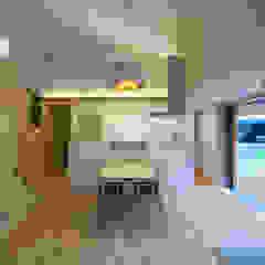 Comedores de estilo ecléctico de かんばら設計室 Ecléctico Madera Acabado en madera