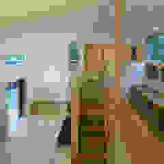 Livings de estilo ecléctico de かんばら設計室 Ecléctico Madera maciza Multicolor