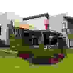 Tropical style gardens by Tânia Póvoa Arquitetura e Decoração Tropical