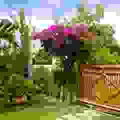 Garajes tropicales de Tânia Póvoa Arquitetura e Decoração Tropical