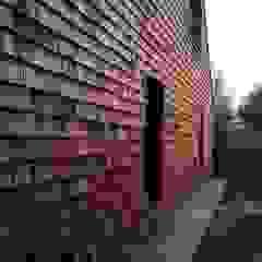 Strawbale kryty dranicą cedrową Rustykalne domy od Organica Design & Build Rustykalny