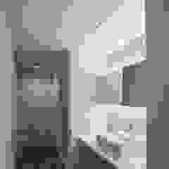 Modern Bathroom by 有限会社ミサオケンチクラボ Modern Glass