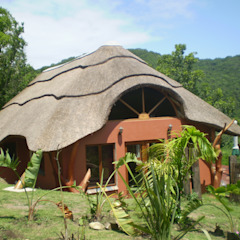 Thatch Roofs & Homes Rustic style house by Cintsa Thatching & Roofing Rustic