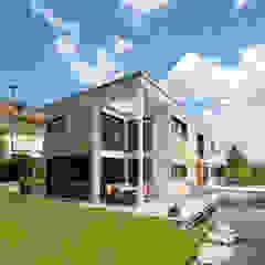 Aussenansicht Ökohaus mit Douglasien-Fassade Moderne Häuser von KitzlingerHaus GmbH & Co. KG Modern Holzwerkstoff Transparent