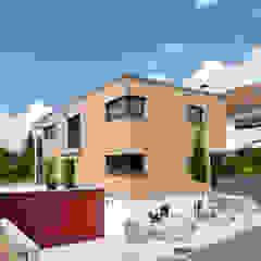 Aussenansicht Ökohaus mit Douglasien-Fassade Eingang Moderne Häuser von KitzlingerHaus GmbH & Co. KG Modern Holzwerkstoff Transparent