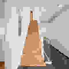 Treppenhaus mit Oberlicht Moderner Flur, Diele & Treppenhaus von KitzlingerHaus GmbH & Co. KG Modern Holz Holznachbildung