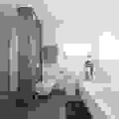 Wellnessbad mit begehbarer Dusche Moderne Badezimmer von KitzlingerHaus GmbH & Co. KG Modern