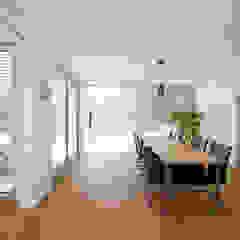 Großzügiger Essbereich mit Holzboden Moderne Esszimmer von KitzlingerHaus GmbH & Co. KG Modern