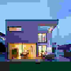 Aussehensicht bei Nacht Moderne Häuser von KitzlingerHaus GmbH & Co. KG Modern Holz-Kunststoff-Verbund