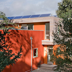 Modern Cape Cod house with fiber cement and shiplapped cedar siding ZeroEnergy Design 現代房屋設計點子、靈感 & 圖片 Red