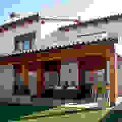 Casas de estilo mediterráneo de RIBA MASSANELL S.L. Mediterráneo Madera Acabado en madera