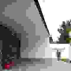 Modern Corridor, Hallway and Staircase by Sen's Photographyたてもの写真工房すえひろ Modern