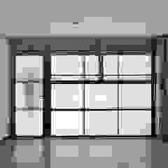 Minimalistyczny garaż od Vallribera Arquitectes Minimalistyczny