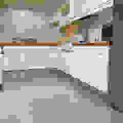 Cozinha em tons brancos com pavimento em Microcimento por 4Udecor Microcimento Moderno