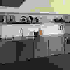 Cozinha em tons Escuros com moveis e bancada em Microcimento por 4Udecor Microcimento Moderno