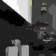 Sala de estar em tons escuros por 4Udecor Microcimento Moderno