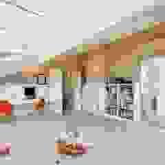 Sala de Estar com pavimento em Microcimento branco por 4Udecor Microcimento Moderno