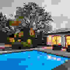 Ontwerp wellnessruimte en aangrenzende tuin Moderne zwembaden van Bob Romijnders Architectuur & Interieur Modern