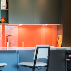 Minimalist dining room by LA CUISINE DANS LE BAIN SK CONCEPT Minimalist
