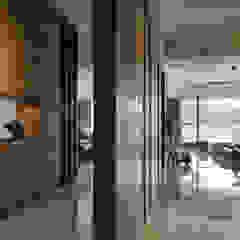 Asian style corridor, hallway & stairs by CJ INTERIOR 長景國際設計 Asian