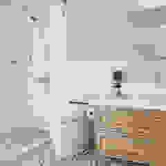 Phòng tắm phong cách Bắc Âu bởi 潤澤明亮設計事務所 Bắc Âu