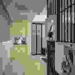 Pasillos, vestíbulos y escaleras de estilo moderno de Green Leaf Interior青葉室內設計 Moderno