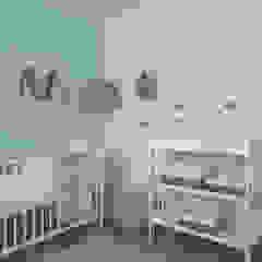 Quarto do Bebé Pedro Quartos de criança escandinavos por MUDA Home Design Escandinavo