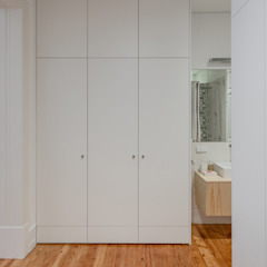 Apartamento MR - Bairro das Colónias, Lisboa Closets minimalistas por FMO ARCHITECTURE Minimalista