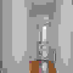 Apartamento MR - Bairro das Colónias, Lisboa Corredores, halls e escadas coloniais por FMO ARCHITECTURE Colonial