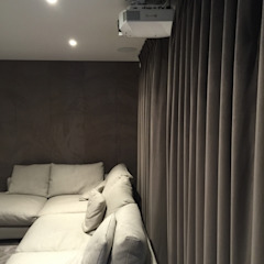 Cinema Room with bespoke suede fabric walls Designer Vision and Sound Salas de entretenimiento de estilo moderno