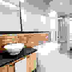 KONESER Industrialna łazienka od Kołodziej & Szmyt Projektowanie wnętrz Industrialny