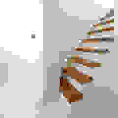 Planungsbüro für Innenarchitektur Pasillos, vestíbulos y escaleras de estilo moderno